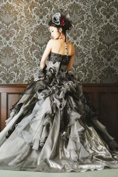 黒とグレーのドレスの上戸彩
